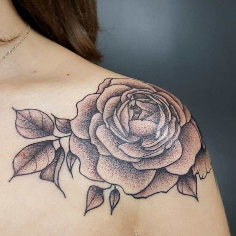 тату чёрная роза на плече