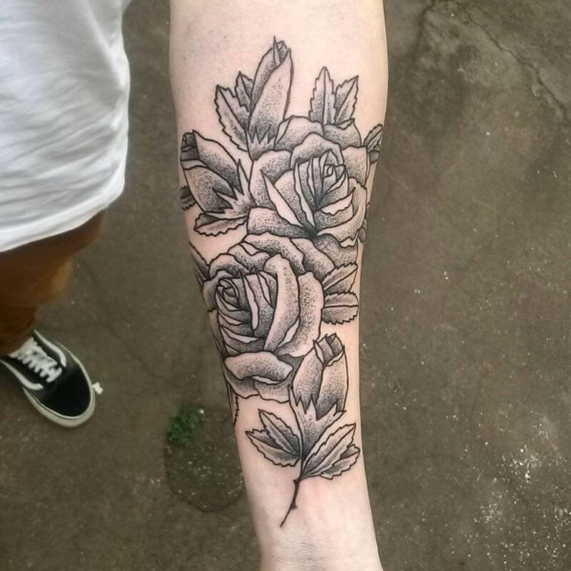 тату черная роза на руке