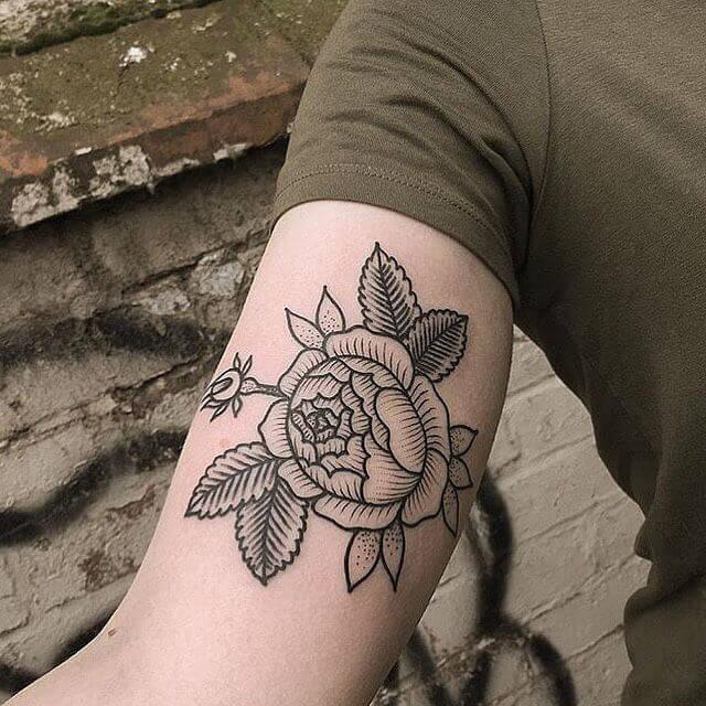 чёрная роза тату на руке
