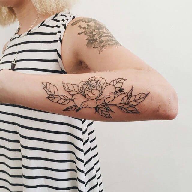роза черная на руке